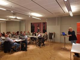 Ina Falkner präsentiert den Genossinnen und Genossen die Bewerber um den Parteivorsitz.
