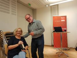 Vorsitzender Robert Gödel bedankte sich bei der Referentin Ina Falkner.
