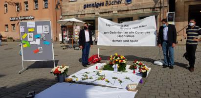 Unter anderem die Kreisräte der SPD Ben Schwarz und Andreas Buckreus und SPD-Kreisvorstandsmitglied Markus Schaffer gedachten der Opfer des Faschismus.