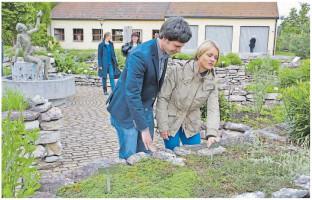 """""""Es gibt für jeden Menschen seinen Platz, wo er sich beteiligen und — das ist ganz wichtig — wohlfühlen kann"""": Verena Bentele mit Sven Ehrhardt im Zeller Kräutergarten."""