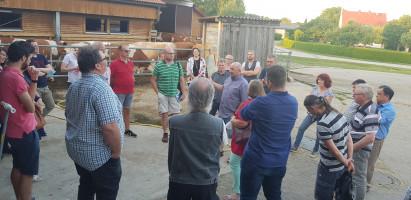 Der SPD-Kreisvorstand und die Kreisgruppe des LBV informierten sich über die Probleme der Landwirtschaft bei Familie Dorner in Eysölden und diskutierten angeregt mit Manfred Dorner (Mitte mit hellgrauem Hemd) und dem Vertreter des BBV.