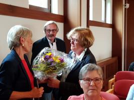 SPD-Kreisrätin Dr. Hannedore Novotny überreicht Blumen an Monika Weiß. In der Mitte der Direktor des Augustinums, Wolfgang Wagner.
