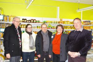 Von links nach rechts: Bürgermeisterkandidat Klaus Vogel, Marktgemeinderätin Lisa Luff (SPD), Boris Czerwenka (Vorsitzender des Ortsverbands Wendelstein der Grünen) sowie die Geschäftsführer des Dorfladens Monika Siebert-Vogt und Mario Engelhard.