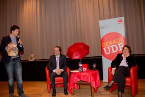 Origional Regional: Sven Ehrhardt überreicht zwei der beliebten Landkreisgenusskörbchen an seine Talkgäste