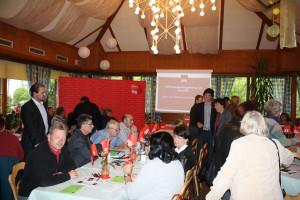 Unterbezirksvorsitzender Sven Ehrhardt scherzt mit Martina Baumann, Unterbezirksvorsitzende der SPD im Nürnberger Land.