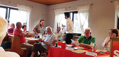 Klaus Pfann (links stehend), Gerhard Babel und Stephanie Schubert wurden für ihre Tätigkeit im Kreisvorstand geehrt.