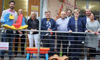 Martina Liss (rechts) führte die parlamentarische Staatssekretärin Anette Kramme (3. v. r.), den SPD-Bundestagskandidaten Jan Plobner (4. v. l.) sowie weitere Vertreter der SPD und des Jobcenters durch den Werkhof Regenbogen e. V.