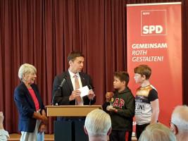 Die SPD-Kreisräte Dr. Hannedore Novotny und Ben Schwarz übergeben den Preis an die Vertreter der Preisträger.