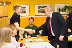 Hans Raithel gratuliert Max Lindner zum Vorsitz der Jusos im UB Roth