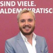 Marcel Schneider bei der Verleihung der silbernen Ehrennadel der SPD für sein soziales Engagement durch Sigmar Gabriel im Willy-Brand-Haus in Berlin