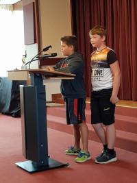 Marvin Meukel und Julian Niebler erläutern die Aktionen ihrer Gruppe.