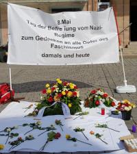 Viele Teilnehmer der Kundgebung gedachten mit Blumen dem Tag der Befreiung vom Nazi-Regime.